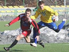 Ústečtí fotbalisté (v červeném) nezvládli generálku na jarní část druholigové soutěže a rezervě Teplic podlehli 1:2.