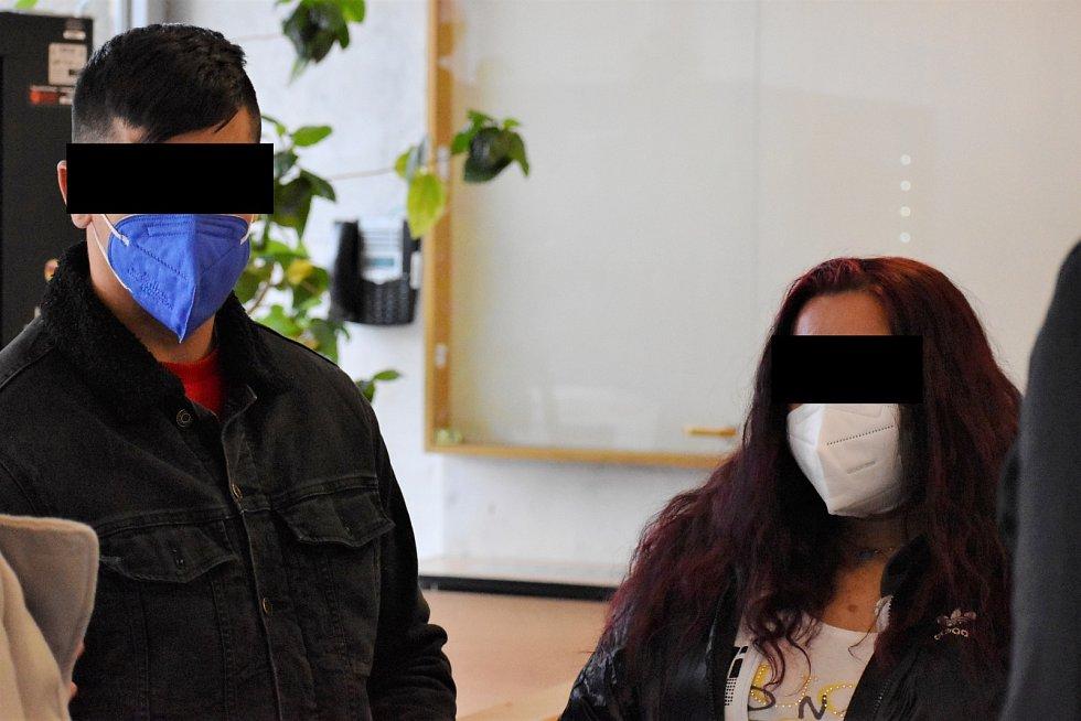 Poškozený muž s přítelkyní