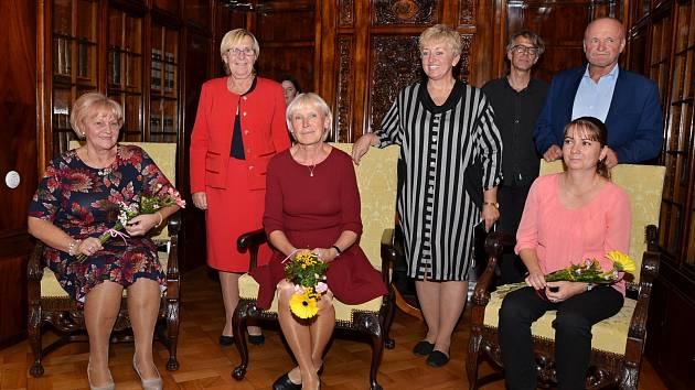 Vlasta Součková, Věra Jaborová a Alena Veselá (sedící zleva)