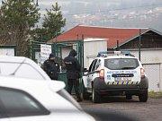 Na místě jsou i ústečtí strážníci městské policie.