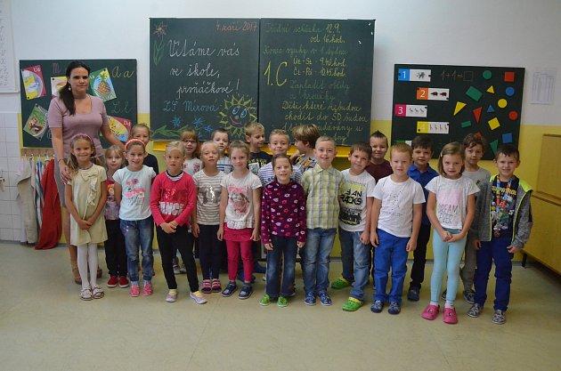 Žáci 1.C ze Základní školy Mírová vÚstí nad Labem spaní učitelkou Monikou Freibergovou.