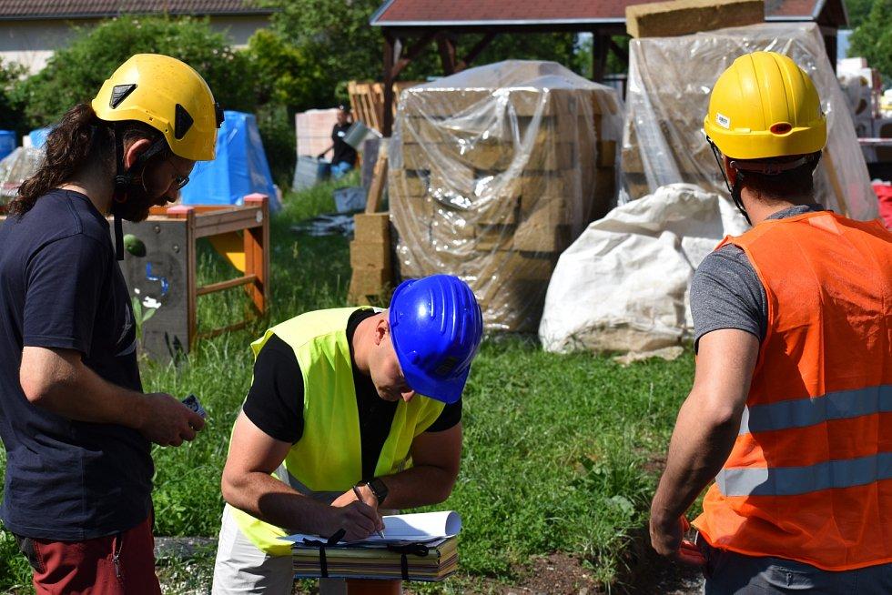 U rekonstruované školky v ústecké ulici Na Spálence se kvůli zazdění ptačích hnízd v pondělí 7. června sešli zástupci stavitele, ochránců přírody, inspektorky životního prostředí i magistrátní úřednice.