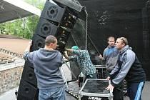 Již ve čtvrtek se v Letním kině pilně pracovalo na zázemí festivalu.