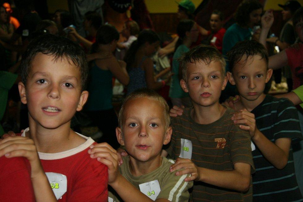 Děti se baví na táboře.