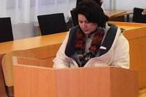 Obžalovaná žena přijela k soudu na kolečkovém křesle. Po skoku z balkonu je invalidní.