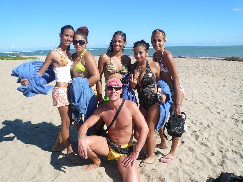 Martin Sedlický z Chomutova s místními krasavicemi na pláži v Dominikánské republice. Super dovča.