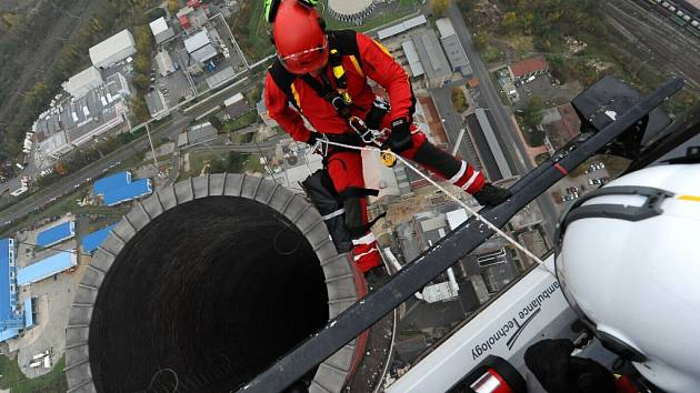 Slaňování z helikoptéry na 220 metrů vysoký a 5,3 metru široký komín trmické teplárny.