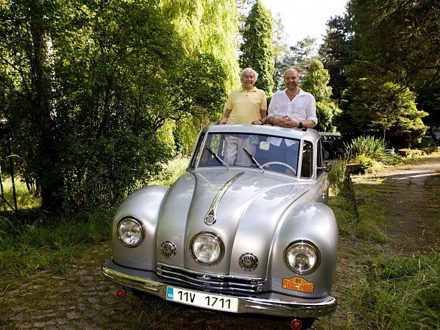 Sám slavný český cestovatel s režisérem snímku v legendární tatrovce.