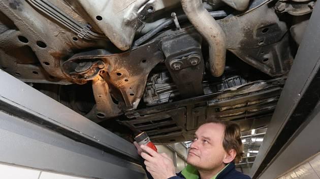 Technik Pavel Elsnic při kontrole vozidla.