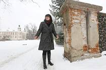Starostka Yveta Tomková ukazuje, kde bude stát nová brána.