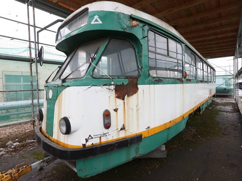 Legendární stroj z roku 1960 s označením T2, který už deset let chátrá v depu dopravního podniku v Předlicích, se rozhodla zachránit parta nadšenců z Ústí.