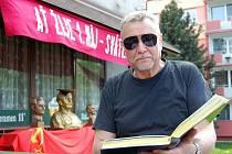 Václav Laštovka  má na svědomí kromě jiného také svazky novin, které restaurace Rudá Ladovka vydává.