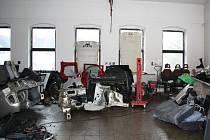 Automobily a rozmontované části vozidel objevené v Rumburku.