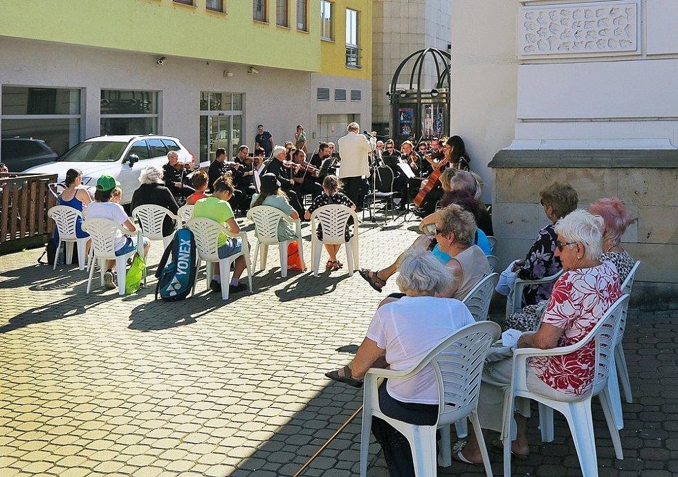Další z promenádních koncertů před divadlem v Ústí nad Labem.