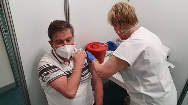 Hejtman Ústeckého kraje Jan Schiller si přišel pro druhou dávku vakcíny proti covidu-19