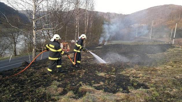 Hasiči zasahují u požáru trávy za Malým Březnem (směr Děčín). Toto místo hasí už počtvrté!