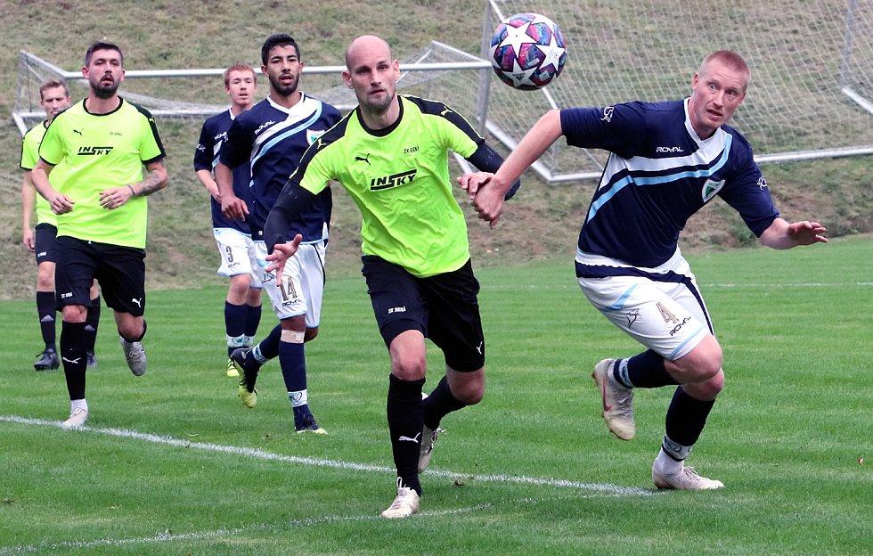 Krajský přebor 7. kolo:  Fotbalisté Brné (zelenočerní) zdolali po tuhém boji Vilémov (modrobílí) těsným poměrem 2:1.