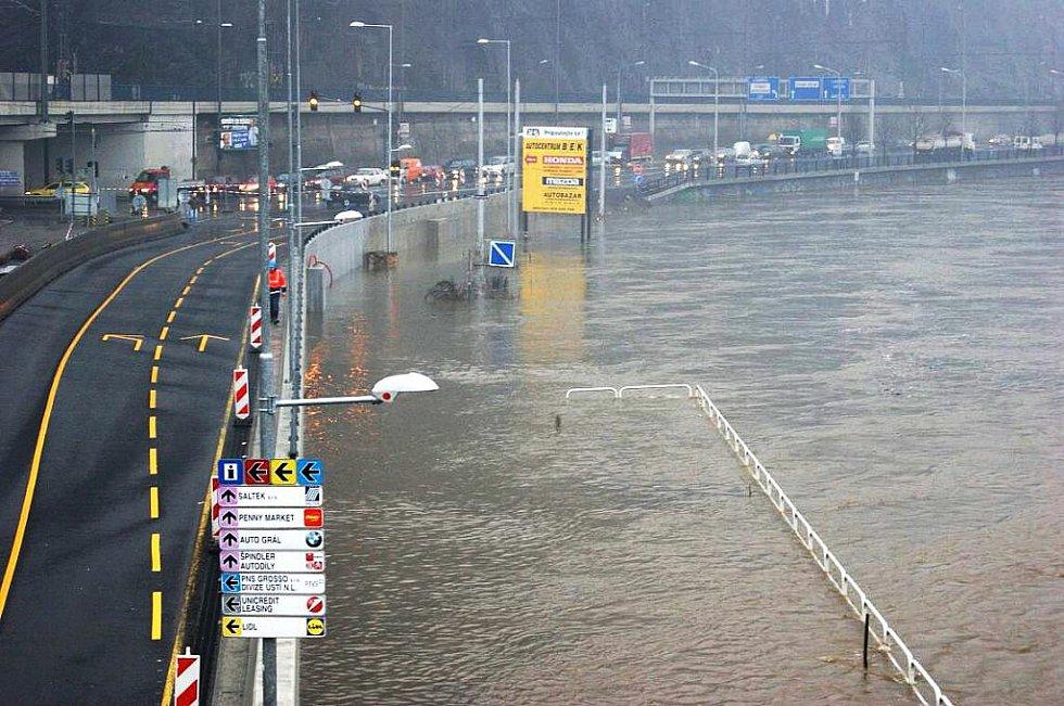 Zaplavená Přístavní pohledem hasičů.