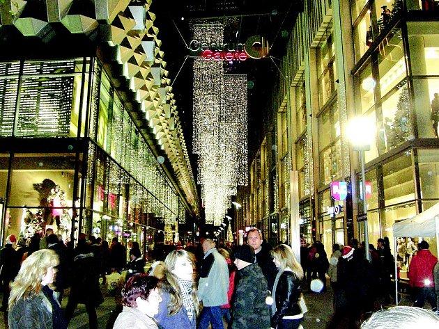 Občané saské metropole otevřou brány pro domácí i zahraniční návštěvníky a ponechají je otevřené až do Štědrého večera, aby do lidských srdcí vnikl duch vánočních Drážďan.