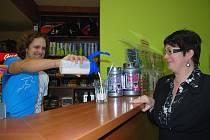 Osmačtyřicetiletá učitelka Dana Dobrotinová se rozhodla zhubnout s Ústeckým deníkem a s T-Clubem, kde si na snímku dopřává speciální proteinový nápoj.