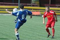 Fotbalisté Svádova (modré dresy) nevstoupili do nového ročníku 1.B třídy nejlépe, na domácím pažitu podlehli Benešovu 2:5.