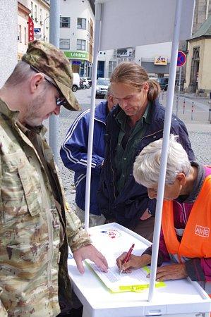 Na podepsání petice se na Kostelním náměstí stála fronta.