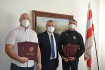 Primátor Petr Nedvědický (uprostřed) předal šéftrenérům AC Ústí (Miroslav Vachuta, vlevo) a USK Provod Ústí (Alexej Lesnik, vpravo) ocenění pro jejich svěřence za vzornou reprezentaci města.