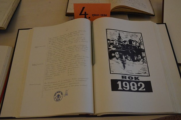 Anna Rauerová zŘehlovic nedaleko Ústí nad Labem píše kroniky obce po celý život. Snímky jsou zvýstavy, která probíhala od 8.do 11.září 2017vOÚ Řehlovice.