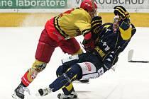 BUM! Souboj v první hokejové lize HC Královští lvi Hradec Králové – HC Slovan Ústečtí lvi byl plný tvrdých soubojů. Na snímku je domácí Zdeněk Čáp a Ústecký Jakub Matai (vpravo).