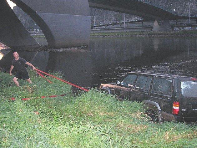 Řidič uvízl v Labi pod Mariánským mostem.