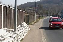 Ještě minulý týden dva měsíce po lednové povodni stála v Děčínské ulici písková protipovodňová hráz. Poté, co na neuklizené pytle Deník upozornil, většina už jich zmizela.