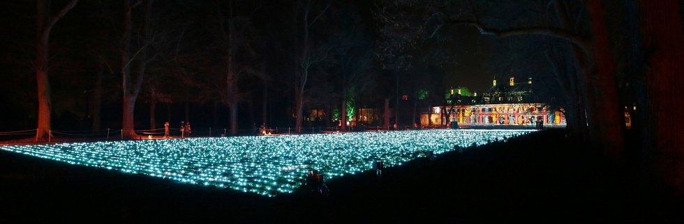 Zahrady zámku Pillnitz lákají na překrásnou vánoční trasu nazdobenou desetitisíci světly.