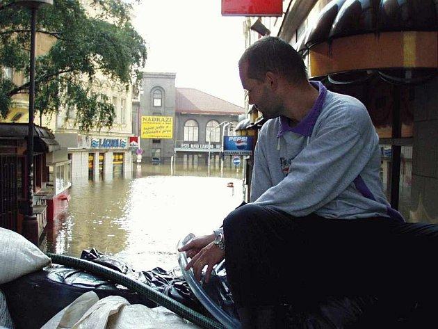 Voda v srpnu 2002 zaplavila hlavní nádraží...