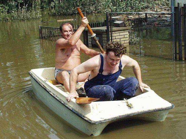 Někteří se o povodních museli dopravovat lodičkami. Jinak to nešlo.