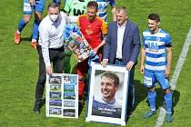 Předzápasové poděkování Janu Peterkovi za dlouhodobé působení v týmu Army. Hráč se v Ústí nad Labem poprvé představil jako soupeř.