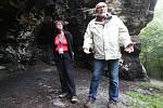 Zaměstnankyně úřadu v Tisé kontroluje zda se v národním parku nerozdělává oheň a dodržují se všechny nařízení o pohybu v CHKO.