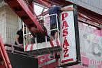 Odborná firma odstraňuje nelegální a zastaralé reklamní poutače z budov na Masarykově třídě v Ústí nad Labem.