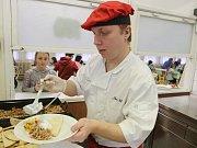 Profesionální kuchař Jan Ullík vařil v základní škole ve Velkém Březně.
