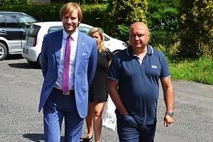 Tehdejší ministr zdravotnictví Adam Vojtěch (vlevo) na návštěvě žatecké nemocnice s jejím ředitelem Jindřichem Zetkem na snímku z července 2019