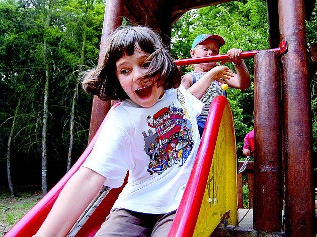 Takhle si užívaly děti loni táborové cestování po světě v Praze. Letos už tuto možnost budou mít i jejich vrstevníci z Ústí nad Labem, a to především díky aktivitě lidí ze zdejší pobočky humanitární organizace ADRA.