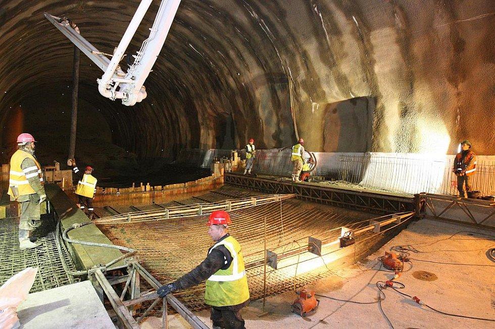 Zbývajících několik metrů zeminy bude odtěženo z protější strany kvůli sesuvům. Ve směru Lovosice bude na tento tunel navazovat most a další tunel.