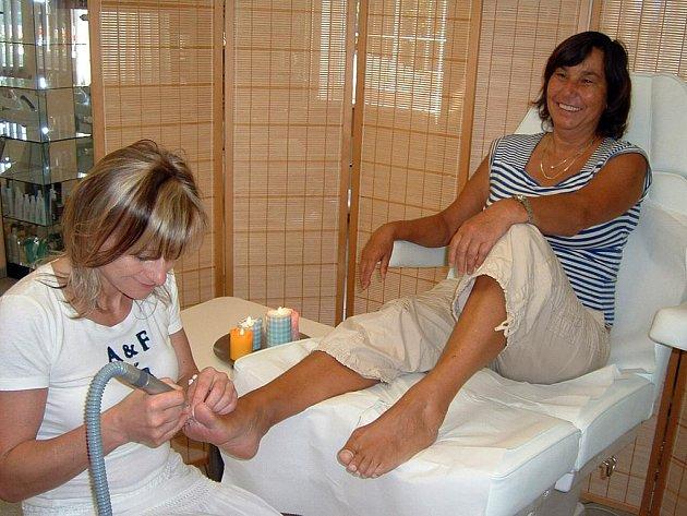 Pedikérka Iva Nováková se dámám postarala o správnou péči o nohy.