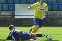 Fotbalisté Neštěmic (modří) zvládli důležité utkání na hřišti Litoměřic a vyhráli 3:1.