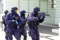 Při nácviku zásahu ve školní budově museli policisté brát ohled také na prchající studentky.