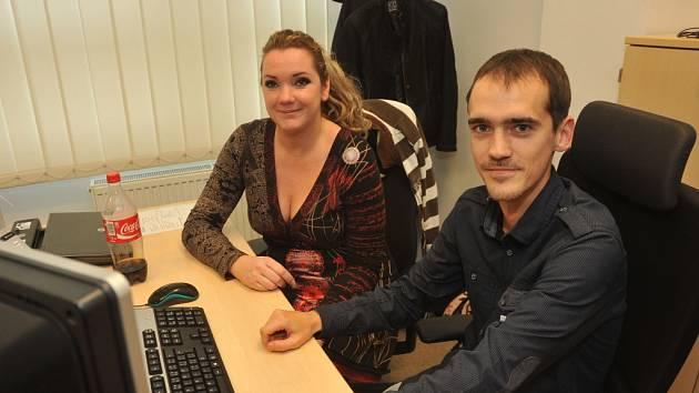Tojnarovi pracují v call centru několik let.