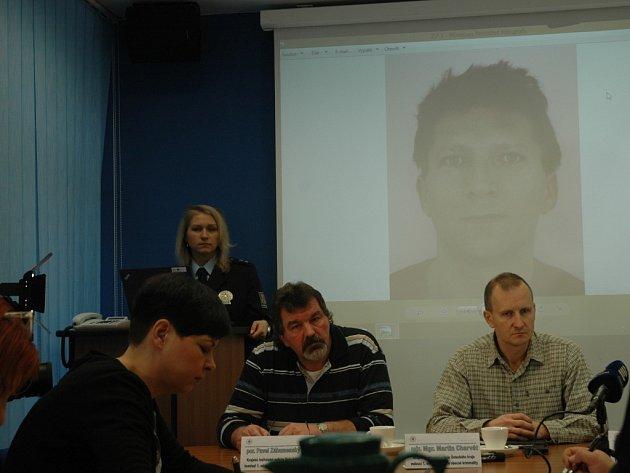 Podobu hledaného Zdeňka Pfeifera zveřejnila policie na pondělní toskové konferenci.