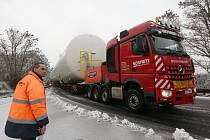 Bílý obr ve čtvrtek komplikoval dopravu na silnici I/62 mezi Děčínem a Ústím nad Labem.
