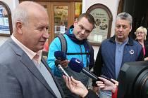 Vyjednávání za hnutí ANO vede krajský předseda Jan Richter (na snímku vpravo) a dva místopředsedové Richard Brabec a Pavel Elias. Za komunisty se setkání účastní hejtman Oldřich Bubeníček (vlevo), krajská radní Jitka Sachetová a Jiří Novák.