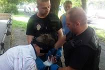 Strážníci ošetřili zraněného muže.