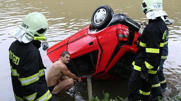 Auto v řece Labe u Sebuzína